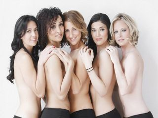 Mlade gole crne žene